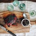 Geglaceerde beenham met Zwarte Kersen Port saus