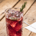 Hero Cassis cocktail met bourbon en rozemarijn